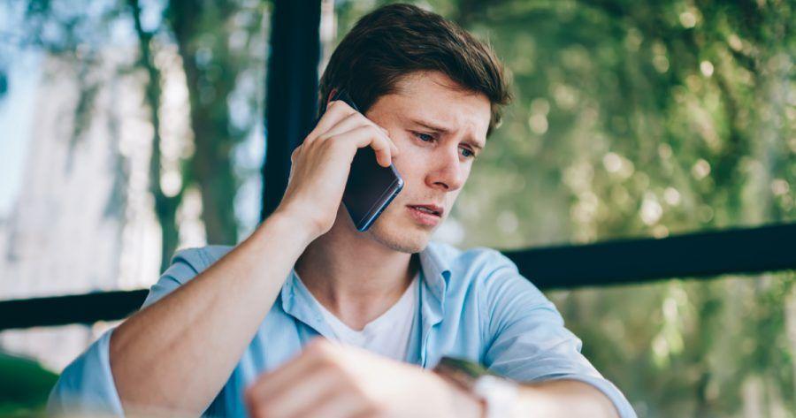Cabeza de ruido de fondo durante una llamada telefónica en un dispositivo de teléfono inteligente